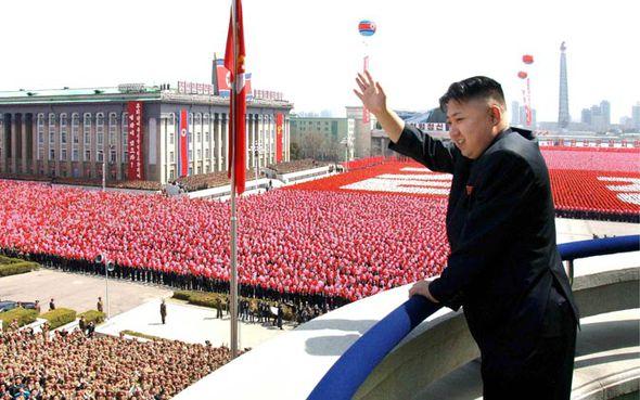 Kim Jong-un saluda a Cora del norte