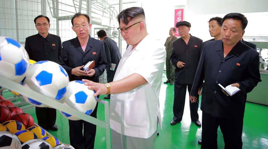 Kim jong un comprobando pelotas de fútbol